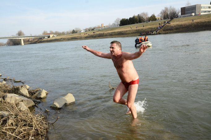Schirilla György a jéghideg Tiszában úszott Szolnokon